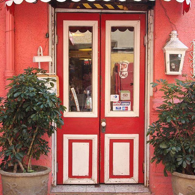 Este hermosa entrada corresponde al restaurante de comida italiana Panzoni.  paseo cousiño...callé Valparaíso