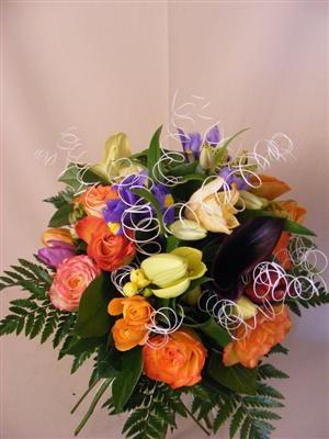 Buchet mix cu flori colorate si spirale decorative