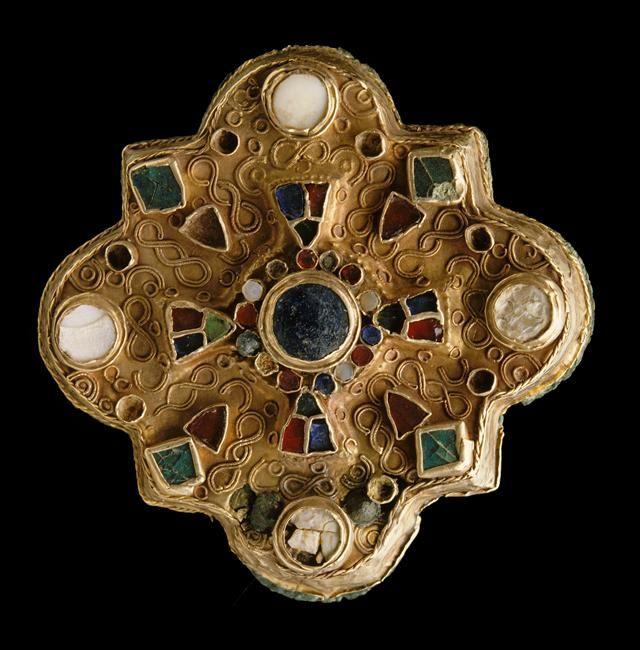 Fibule polylobée  Gaule mérovingienne, VIIe siècle  Provenant d'Humbécourt (Haute-Marne) Or, nacre, grenats et pâte de verre L. : 7,2 cm.