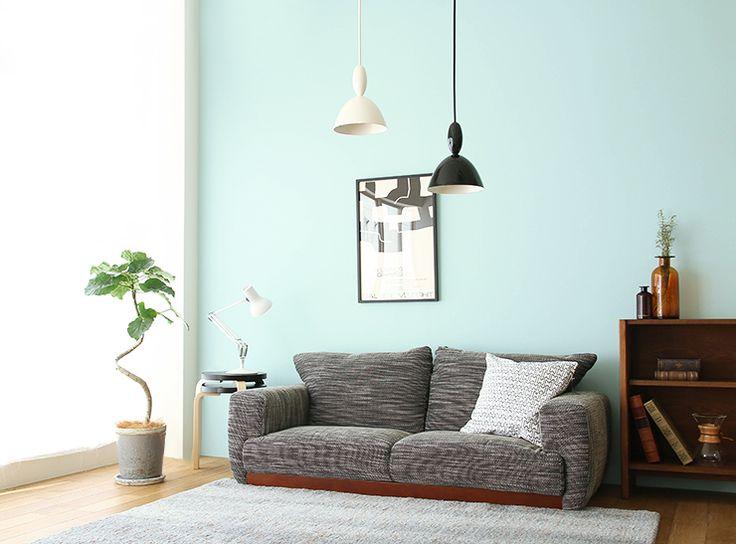 ブルーの壁が爽やかな空間に、グレーやダークブラウンの落ち着いた家具をコーディネートした、コントラストの感じられる北欧モダンなスタイル。  ソファーをロータイプにすることで、フロアを広く見せ、開放的な印象も演出しています。ブルーの空間に落ち着いた家具を配した北欧モダンスタイル|Re:CENO INTERIOR STYLING BOOK