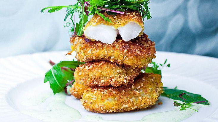 Dette er enkel mat for alle. Fiskepinner smaker bedre og blir sunnere når du lager selv. Vil du være kreativ kan du jazze dem opp litt. Server som «fish & chips», med potetbåter og kanskje en chilidipp.  Oppskrift av Ingunn Aspli, minmiddag.no