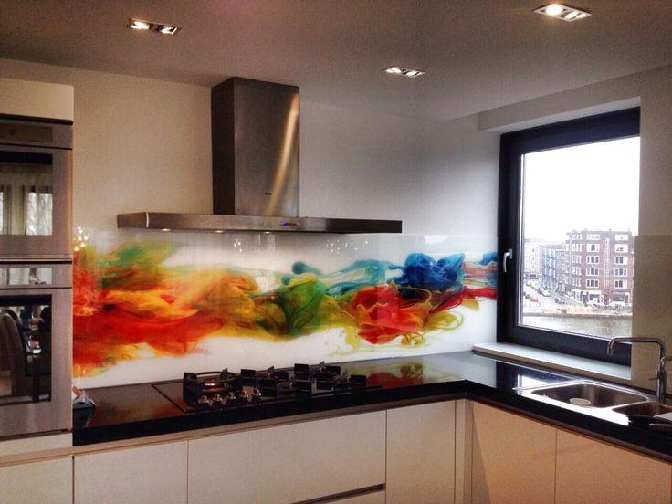 Gewaagde achterwand met heel veel kleur, gaaf! #achterwand #keukenglas #glazenachterwand #keukeninspiratie #splashback