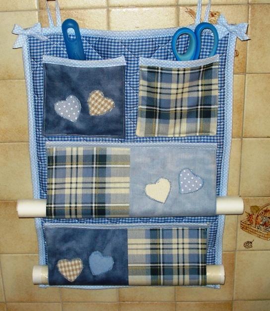 Pannello di stoffa per la cucina: serve a contenere i rotoli di pellicola e cartaforno + piccoli oggetti nelle taschine.