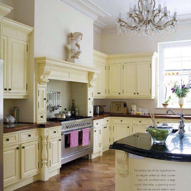 Классика жанра💎 #кухня #стиль #классический #интерьер #декор #дизайн #дизайнинтерьера #интерьеркухни #остров #кремовый #цвет #тон #хрусталь #дизайн #вдохновение #kashtanovacom #interior #design #decor #kitchen #кухня