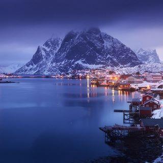 Рейне - административный центр коммуны Москенес, фюльке Нурланн, Лофотенские острова, Норвегия. В населенном пункте проживает 342 человека. С 1743 года является важным центром торговли. Несмотря на удаленное местоположение в настоящее время активно развивается туризм.  Рейне словно сошла с картинки, привлекая магией северной красоты, впечатляюще сказочными панорамами, удивительным очарованием спокойствия и умиротворения. Необычны и особенно неотразимы природные пейзажи Рейне, когда белый…