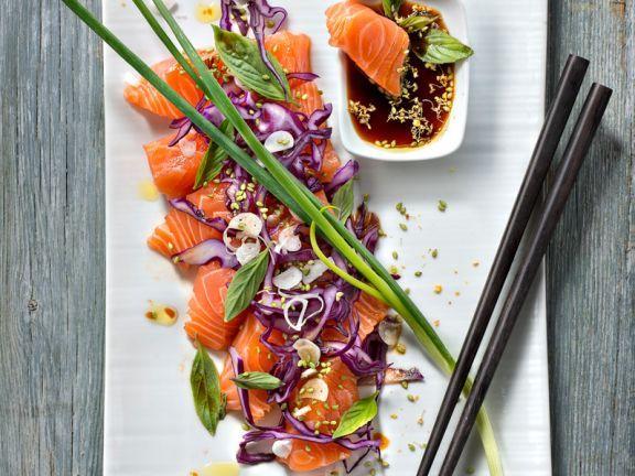 Du liebst Sushi? Dann ist dieser rohe Lachs mit Sojasauce bestimmt etwas für dich!