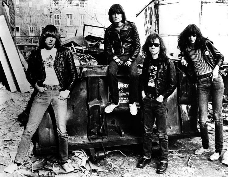 """La inseparable chaqueta de cuero de Joey Ramone, su pasaporte, sus pulseras de agujas o sus guitarras eléctricas vuelven al Bowery, el barrio neoyorquino donde The Ramones iniciaron su carrera, antes de ser subastadas a finales de este mes. """"Ninguno de estos objetos ha sido mostrado al público antes, todos estaban en el apartamento de Joey"""", explicó el vicepresidente de la casa de subastas que se encargará de la venta por internet de las pertenencias del cantante del legendario grupo de…"""