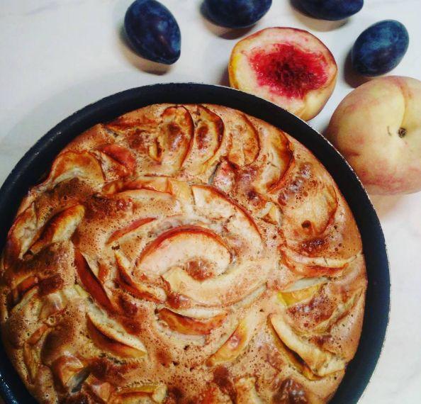 お菓子作りをしてみると、使用するバターやオイルの分量に驚いて、カロリーを考えると恐ろしくなってしまうことはありませんか?甘いものは止められないけれど、できるだけヘルシーで無添加なものを手作りしたいという方に、りんごがおいしい季節にぴったりのロシアのケーキを紹介します。