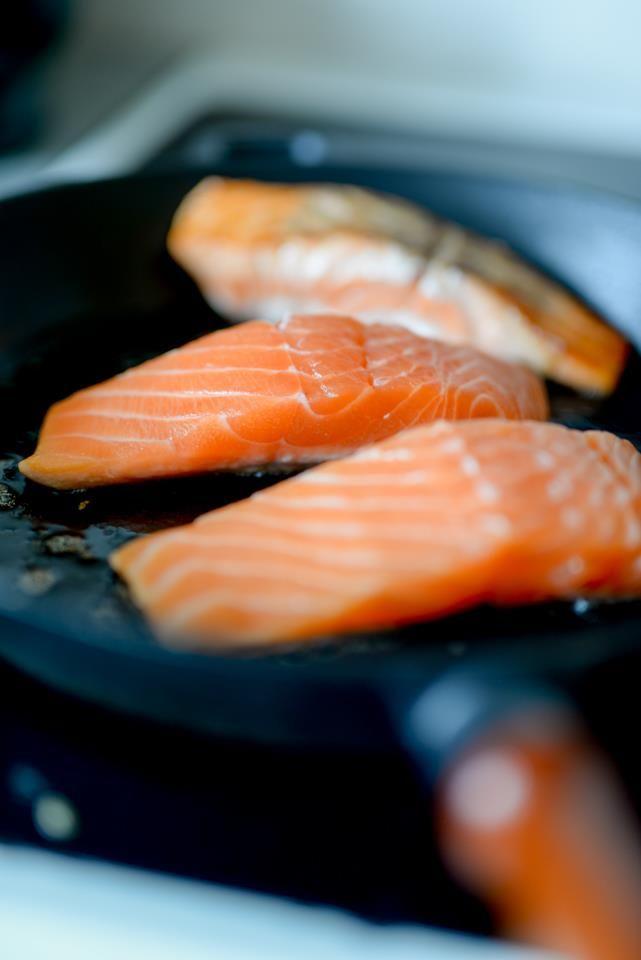 Laksefilet er lett å tilberede hvis man følger noen enkle råd. I stekepanne, i ovn eller i wok: Slik lykkes du med laksefilet. Tips og oppskrifter.