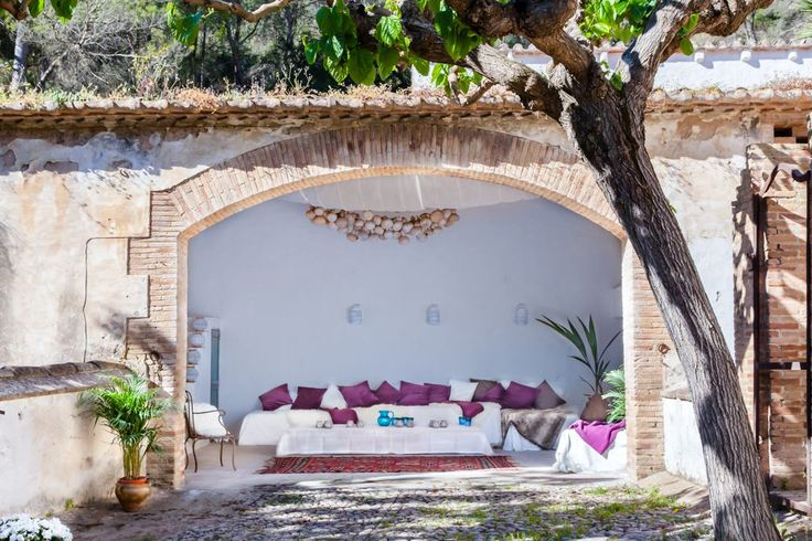 Villa Catalina is an exquisitely renovated mansion, offering unparalleled views over breathtaking landscapes and vineyards of the Penedés Wine region. The masia is an authentic Catalan mansion set within 400 ...