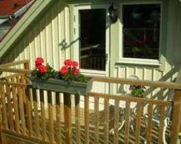 Lägenhet med havsutsikt i fritidshus på Sunningen cirka 15 kilometer från Uddevalla. Lägenheten har allrum med bland annat bäddsoffa, köksdel och matplats med fin utsikt, ett sovrum med dubbelsäng, ett sovrum med två enkelsängar och wc med dusch. Cirka 100 m från bostaden avgår det badbåtar varannan timme.Objekt nära hus 502.  Sängkläder kan man hyra för 75kr per person. Bohusläns storslagna natur ger rika möjligheter till rekreation ,avkoppling och äventyr. Här finner du strandbad, ...