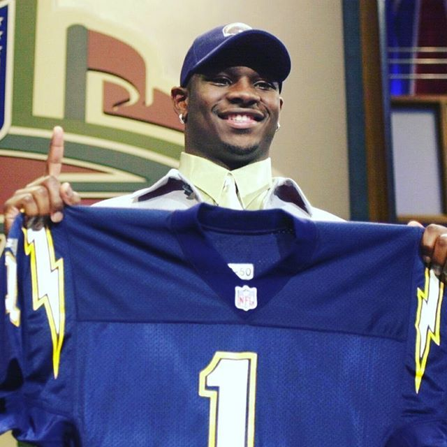 Há 16 anos, LaDainian Tomlinson foi o quinto escolhido no draft pelo San Diego Chargers vindo da Universidade de TCU. FALTAM 5 DIAS PARA O DRAFT! Saiba mais sobre os prospectos desse ano nos últimos programas do OF! #sandiego #sandiegoconnection #sdlocals #sandiegolocals - posted by O Outro Futebol https://www.instagram.com/outrofutebol. See more post on San Diego at http://sdconnection.com