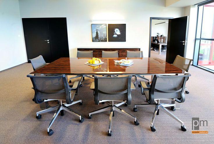 Prócz koloru i rodzaju okleiny można  również  użyć lakierów matowych lub połyskliwych . Stół Mega blat połysk. http://www.projektmebel.pl/oferta/stoly-konferencyjne