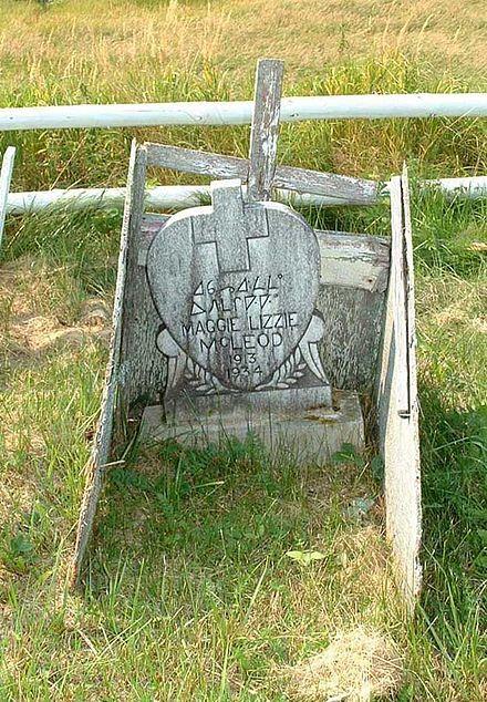 Wood grave marker using Canadian Syllabics