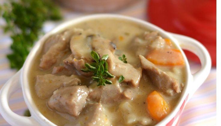 Couper la viande en cubes et les mettre dans un faitout. Couvrir d'eau froide et porter à ébullition. Maintenir l'ébullition 5 minutes, puis égoutter la viande dans une passoire. Rincer à l'eau froide. Peler l'oignon et le piquer…