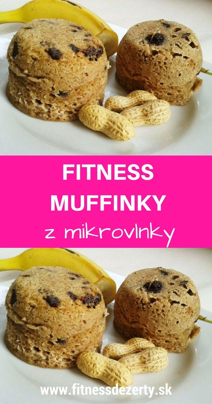 Rýchle fitness mug cakes s arašidovým maslom, ovsenými vločkami, čokoládou, hrozienkami a orieškami.