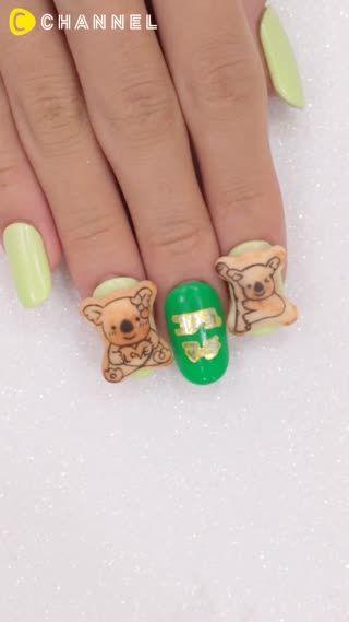あれ?爪にお菓子ついてるよ??と言いたくなるようなリアルなコアラのマーチ!