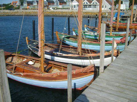"""Ved anduvning kan vi se 5-6 små limfjordssjægter vippe rundt uden for havnen; de viser sig at være museumsbåde, som er ude på den ugentlige kapsejlads. Træbåde er efterhånden en sjældenhed, og selv føler man sig da også som en kustode, når den obligatoriske bemærkning falder fra molen: """"Er det ikke et meget stort arbejde at holde sådan en båd?"""" Da klokken efterhånden er over 19 opgives enhver tanke om proviantering, så vi klarer os med lidt pasta, skinke og æg. Havnen er ikke så charmerende…"""