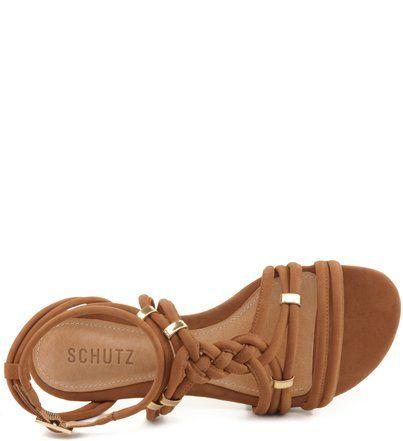 Sandálias rasteiras são ótimas alternativas para substituir as sapatilhas durante os dias quentes de verão. Esta com tiras finas e trançadas arrematam produções que transitam durante o dia e a noite