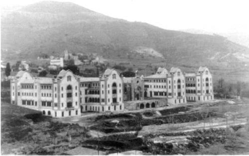 Després del 1930 - Edifici Rives - Vall d'Hebron - Barcelona : L'edifici també es obra d'Enric Sagnier i Villavecchia, el mateix arquitecte de l'esglèsia del Tibidabo que vaig posar fa uns dies. Aquest edifici està situat al passeig de la Vall d'Hebron, fou construït inicialment com a orfenat, amb internat i escola, lloc on ara hi ha la biblioteca s'inaugurà l'any 1930. Està format per quatre pavellons a la planta baixa i tres pisos,