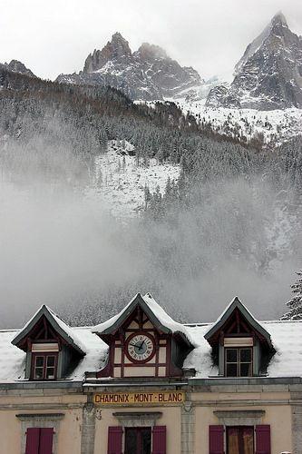 Chamonix, en avant plan la gare de Chamonix | Chamonix Mont-Blanc train station