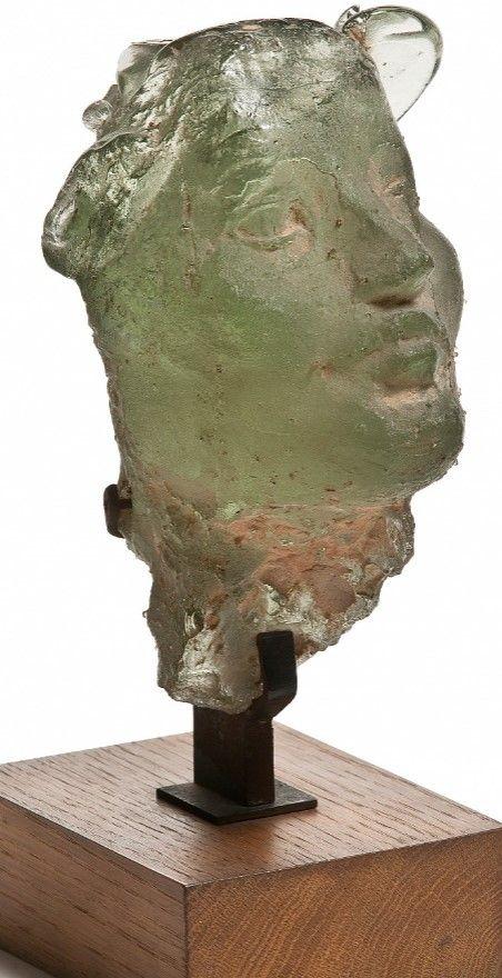 Tête de femme Henri Navarre (1885-1971) France, vers 1937 Verre moulé  photo : Jean Tholance  De formation très polyvalente, le sculpteur Henri Navarre réalise sa première sculpture en verre transparent moulé pour la chapelle du paquebot Ile-de-France en 1927. Plusieurs réalisations monumentales suivront mais ses masques et figu
