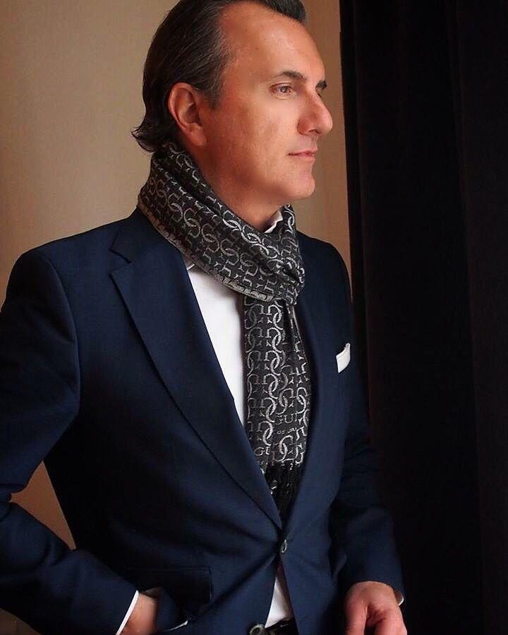 Scarf gentleman style.
