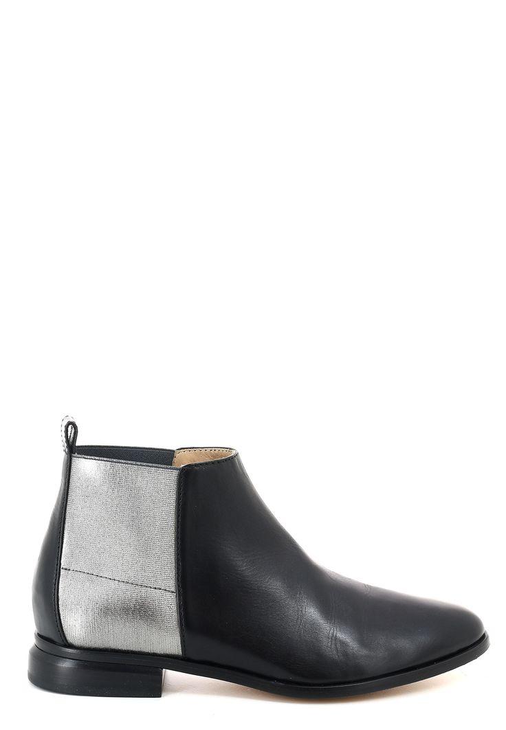 Магазин Elyts предлагает купить черные ботинки EMPORIO ARMANI по цене 42900 рублей. Бесплатная примерка перед покупкой. Звоните 8 (800) 200-1691. Артикул X3M150 XE178.