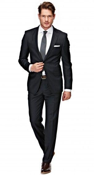 Het navy geruite Ellis pak heeft een tailored fit waardoor het goed aansluit op het lichaam. Dit pak kenmerkt zich als comfortabel en geeft het een tijdloze uitstraling. Het jasje is tweeknoops, heeft flap pockets, een notch lapel en side vents.