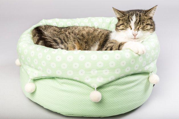 **Katzenbett Salamanca in hellgrün und weiß**  Ein fröhliches Katzenbett in klassischen Pastelltönen und mit lustigen Filzkugeln – Deine Katze wird begeistert sein!  Das Katzenbettchen hat ein...