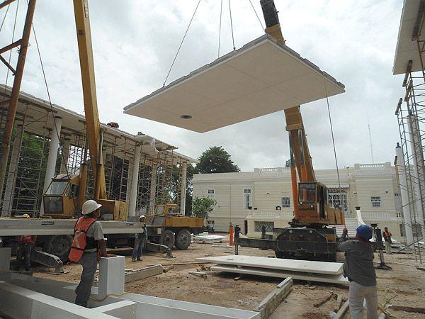 White Concrete Pavilion Complements Mexican Museum