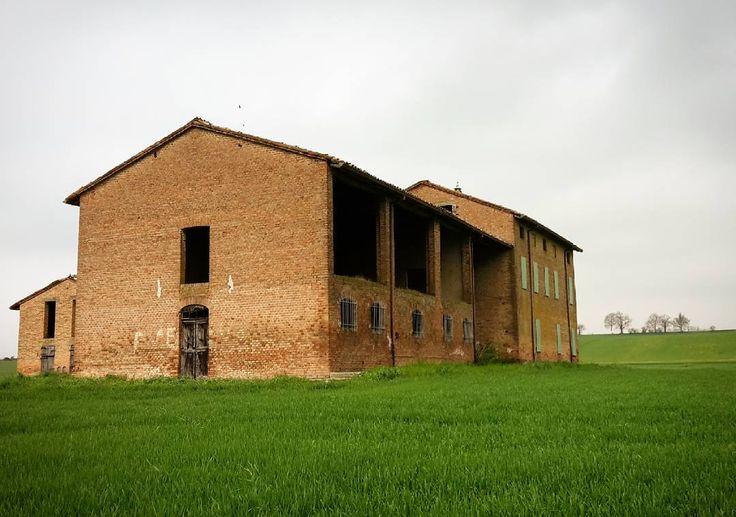 """""""Al caséll vécc"""" ai confini di #Fornio #Fidenza #Parma #TurismoER #visitparma #vivoparma #igersparma #volgoparma #igemiliaromagna #terrediverdi #rudere #ig_parma  #ig_emiliaromagna #italy_photolovers #visiteminliaromagna #italia #italy #top_italia_photo #casolare #instapic #instasky #picoftheday #campagna #ig_nature #pasquetta #volgoemiliaromagna #naturelovers #nature @turismoer @visitparma @volgo_parma @terrediverdi by cfsfornio"""
