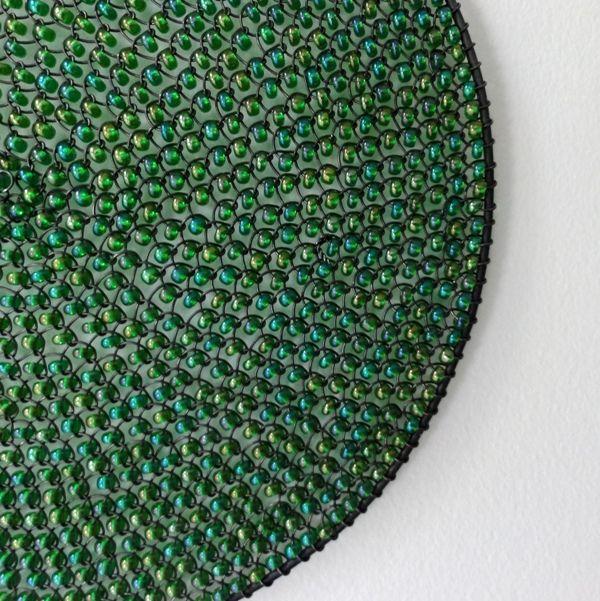 ,,Kolečko - pro mořskou pannu - 12 cm,, Drátované kolečko se skleněnými ,,drobounkými korálky - zelené barvy s odlesky,, Velikost kolečka je :12 cm Kolečko je určeno k zavěšení do prostoru,na zeď....a barevné představení může začít...:) Doporučuji do interieru,obyčejný drát ve vlhku rezaví. IHNED.
