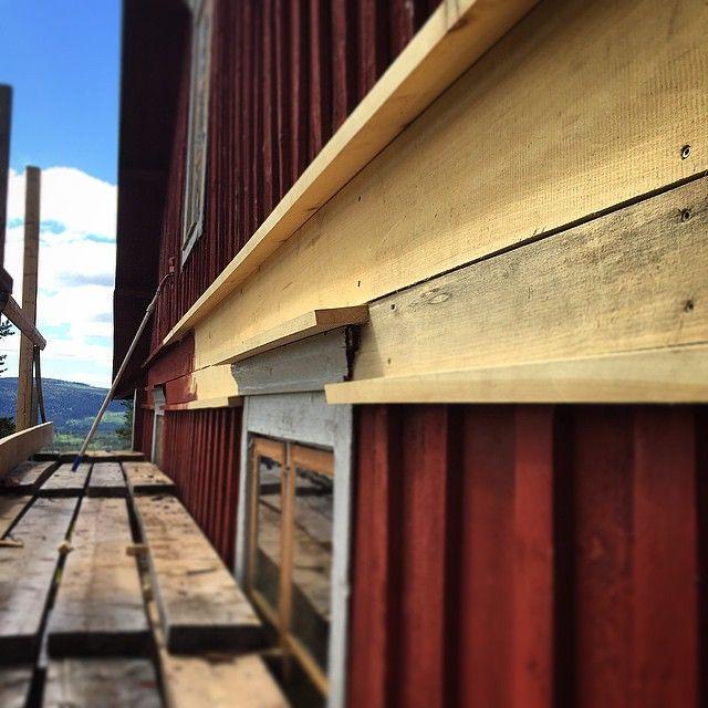 Kvistfri kärnfuru så långt ögat når. Kapade av gamla panelen och slängde upp lite nya vattbrädor istället för att byta all gammal panel. Helt otroligt imponerande hur bra dom gamla krönlisterna och fönsterfoderna stått emot väder och vind. Rätt kvalité och träslag på rätt plats då håller trä mer än 100år. #byggnadsvård #byggogbevar #vindue #fönster #renovering #åretimmerhus #restoration #oldhouse #loghome #hantverk #träslöjd