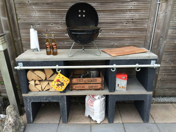 Buitenkeuken van betonnen u elementen en steigerhout