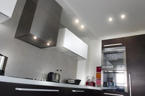 Esempio di illuminazione con faretti ad incasso in una cucina moderna appartamento privato - Illuminazione casa moderna ...