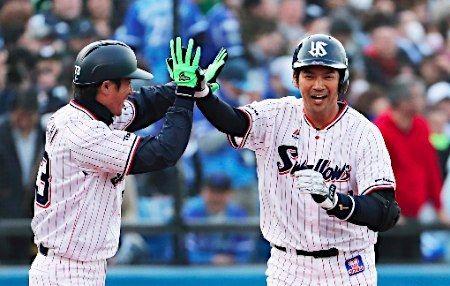 祝福される鵜久森=プロ野球