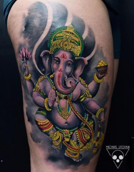 Tatuaje Religioso Ganesh Muslo por Michael Litovkin