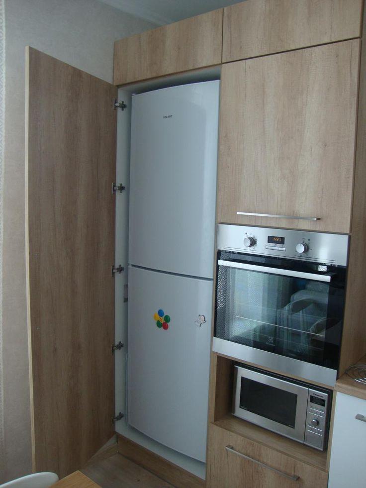 Холодильник в шкафу на кухне