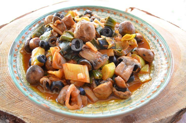 Reteta culinara Mancare de praz cu ciuperci si masline din categoria Mancaruri de post. Cum sa faci Mancare de praz cu ciuperci si masline