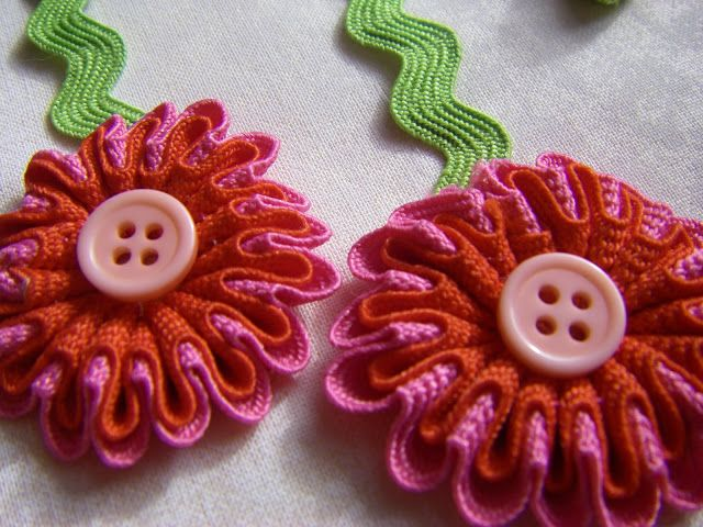 rick-rack flowers: Crafts Ideas, Rick Racks Flowers, Rickrack Flowers, Hair Bows, Ric Rac, Rac Flowers, Ricrac, Hair Clip, Fabrics Flowers