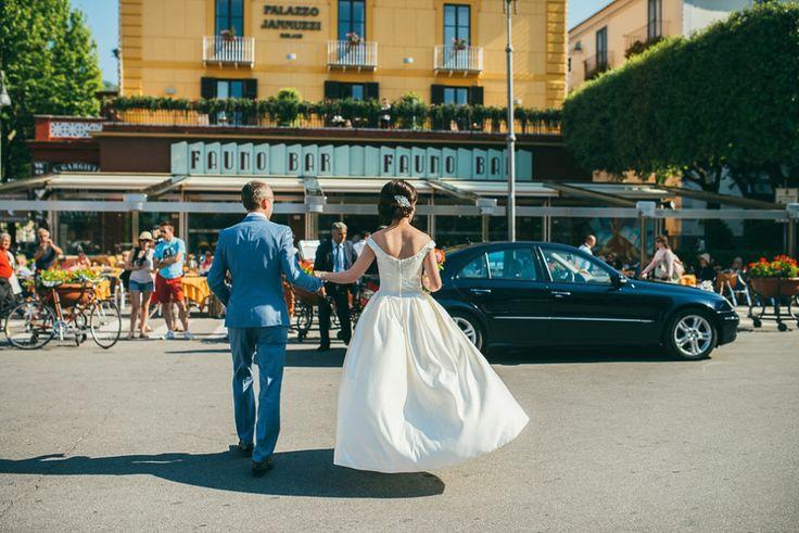 Un elegante matrimonio destinazione italiana a Sorrento, con una sposa indossava un 1960 ispirato da Oleg Cassini.  Fotografia da moderni Vintage Matrimoni.