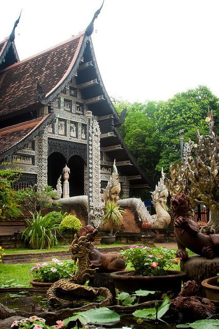 Wat Lok Molee Temple in Chiang Mai / Thailand (by Qsimple).