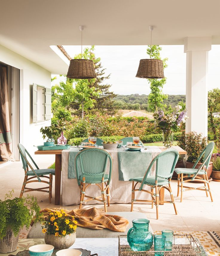 EN EL PORCHE Mesa de centro con  mosaicos de Rotaeche  & Santayana, bandeja de  ratán y  macetas de Fronda  y cuencos de Zara Home.  Rodearon