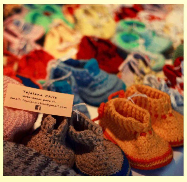 Tejelana Chile es una propuesta de tejido muy lindo para los más chicos de la casa. Zapatitos que tienen suela de cuerito suave los cuales ayudan a tus hijos en sus primeros pasos. Además tienen gorritos que complementan el conjunto... Hacen cosas a pedido también.