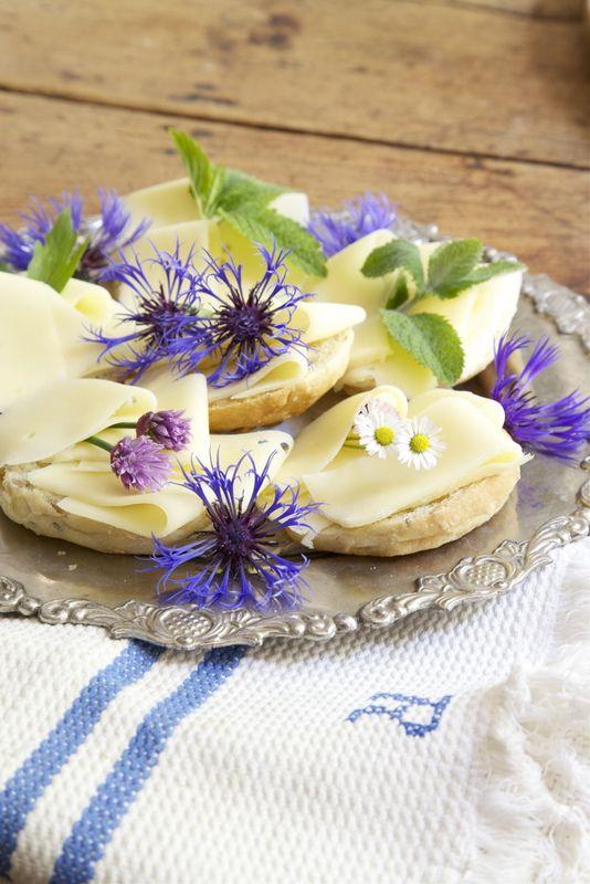 Edible flowers XD ...  Jeg har så lyst å kunne plante blomster som også er nyttevekster i forhold til mat og kaker. Tenk så moro å kunne tusle ut i sin egen hage og sanke inn for å pynte slik som dette. ...  Livs Lyst: SPISELIG