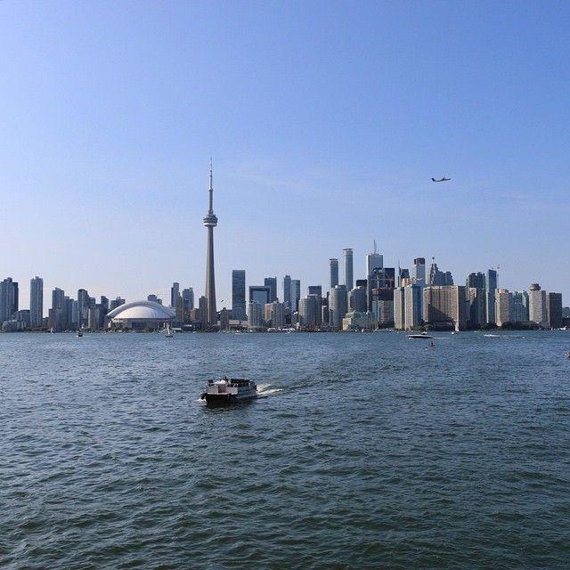 Durante a tarde visitamos Toronto Islands. Antigamente o local era um enorme banco de areia no Lago Ontario e depois que um furacão passou pela região, formaram-se essas ilhas. As ilhas são lindas, arborizadas, com lugares para andar de caiaque e pedalar - é um passeio perfeito para um dia de sol. Na foto, o skyline de Toronto a partir do ferry que vai para Centre Island. Foto: Camille Panzera #MDemToronto #MDnoCanada