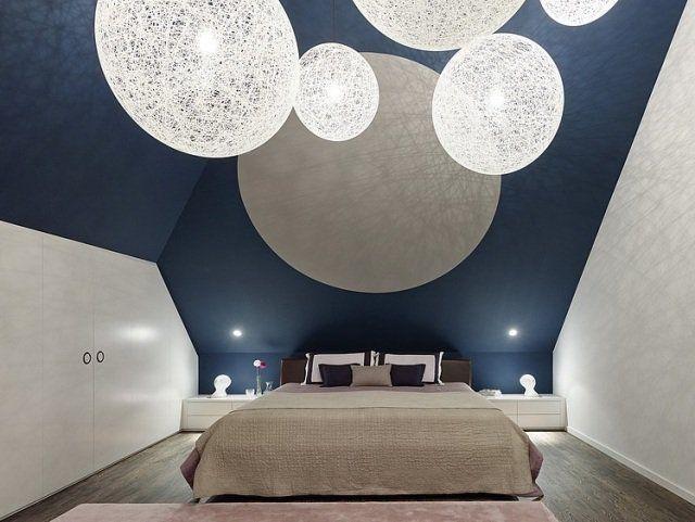 des murs en bleu fonc et blanc et des boules suspendues dcoratives