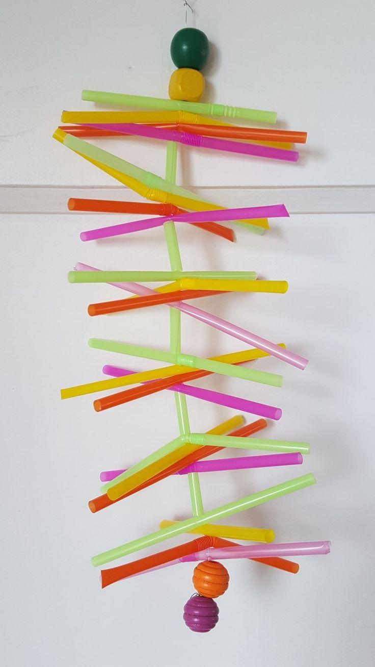 Windgong maken met kinderen van rietjes, ijzerdraad en kralen. Simpel en een leuk en mooi resultaat!