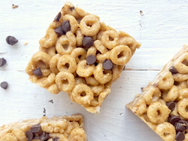 Voici une recette de barres de céréales 3 ingrédients qui remplace merveilleusement bien les barres tendre du commerce et se mangent dans l'temps d'le dire!